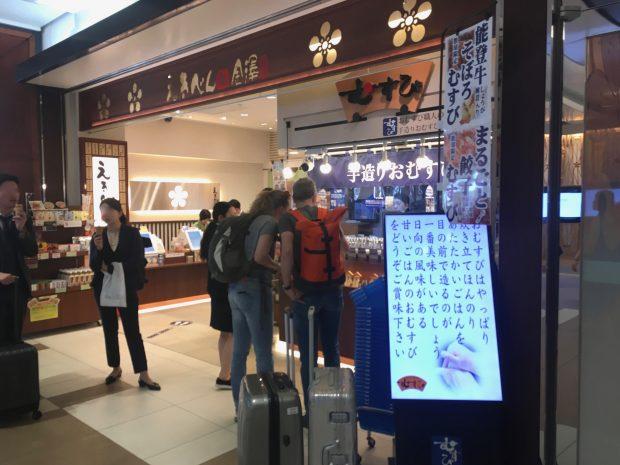金沢駅に着いたばかりの外国人観光客も、おにぎりを購入していました。