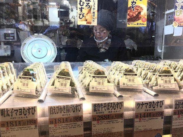 金沢ならではの「白えびのかき揚げむすび」や「能登牛そぼろむすび」など種類が豊富。