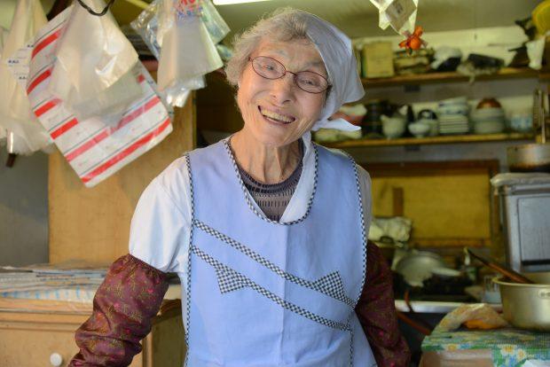 店を営む横山はるえさん。チャーミングな笑顔は訪れる人々の心を癒す